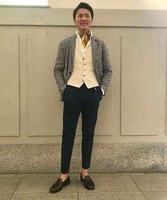 Comment porter un pantalon chino noir pour un style elégantes: Opte pour un blazer en pied-de-poule blanc et noir avec un pantalon chino noir pour aller au bureau. Jouez la carte classique pour les chaussures et fais d'une paire de des mocassins à pampilles en cuir marron foncé ton choix de souliers.