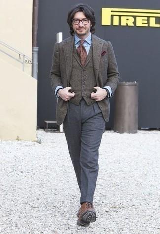Comment porter un gilet en laine gris avec des bottes de loisirs en cuir tabac: Associe un gilet en laine gris avec un pantalon de costume en laine gris pour dégager classe et sophistication. Une paire de des bottes de loisirs en cuir tabac apporte une touche de décontraction à l'ensemble.