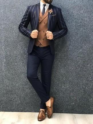 Comment porter un blazer à rayures verticales bleu marine: Pense à porter un blazer à rayures verticales bleu marine et un pantalon de costume bleu marine pour dégager classe et sophistication. Une paire de des mocassins à pampilles en cuir marron clair est une option judicieux pour complèter cette tenue.