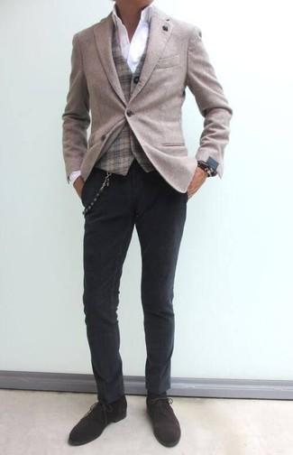 Comment porter un gilet écossais marron clair: Pense à harmoniser un gilet écossais marron clair avec un pantalon chino gris foncé pour prendre un verre après le travail. Tu veux y aller doucement avec les chaussures? Assortis cette tenue avec une paire de des bottines chukka en daim marron foncé pour la journée.