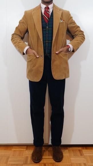 Comment porter une chemise de ville à rayures verticales rose: Marie une chemise de ville à rayures verticales rose avec un pantalon chino en velours côtelé bleu marine pour un look idéal au travail. Rehausse cet ensemble avec une paire de des chaussures derby en daim marron.
