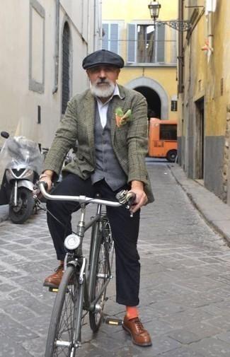 Comment porter un pantalon chino noir pour un style elégantes: Essaie d'associer un blazer écossais olive avec un pantalon chino noir pour aller au bureau. Apportez une touche d'élégance à votre tenue avec une paire de des chaussures derby en cuir marron.