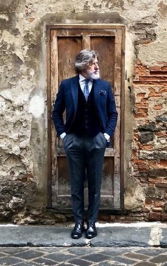 Comment porter des chaussures derby en cuir bleu marine après 50 ans: Pense à associer un blazer bleu marine avec un pantalon de costume bleu marine pour un look pointu et élégant. Cette tenue se complète parfaitement avec une paire de des chaussures derby en cuir bleu marine.