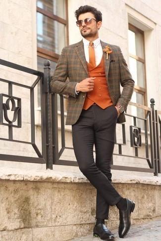 Comment porter un blazer écossais marron: Marie un blazer écossais marron avec un pantalon chino gris foncé pour aller au bureau. Rehausse cet ensemble avec une paire de des slippers en cuir à franges noirs.