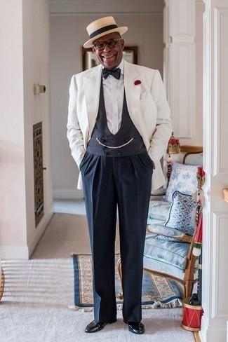 Comment porter un nœud papillon: Marie un blazer blanc avec un nœud papillon pour une tenue relax mais stylée. Opte pour une paire de des slippers en cuir noirs pour afficher ton expertise vestimentaire.