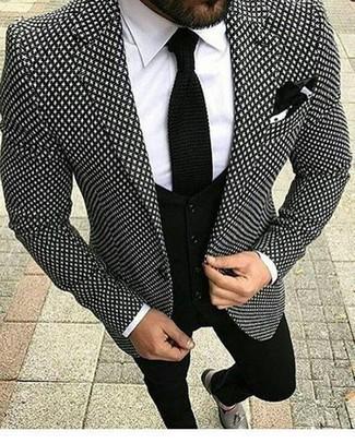 Comment porter un pantalon chino noir pour un style elégantes: Essaie d'harmoniser un blazer imprimé noir et blanc avec un pantalon chino noir pour achever un look habillé mais pas trop. Opte pour une paire de des mocassins à pampilles en cuir gris pour afficher ton expertise vestimentaire.