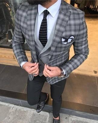 Comment porter un pantalon chino noir pour un style elégantes: Marie un blazer écossais gris avec un pantalon chino noir si tu recherches un look stylé et soigné. Apportez une touche d'élégance à votre tenue avec une paire de des double monks en cuir noirs.