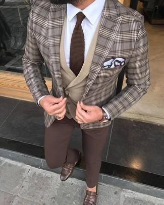 Comment porter un blazer écossais marron: Associe un blazer écossais marron avec un pantalon chino marron pour un look idéal au travail. D'une humeur créatrice? Assortis ta tenue avec une paire de des double monks en cuir marron.
