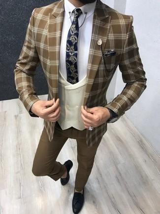 Comment porter un blazer écossais marron: Pense à porter un blazer écossais marron et un pantalon de costume marron pour une silhouette classique et raffinée. Une paire de des mocassins à pampilles en cuir bleu marine est une option avisé pour complèter cette tenue.