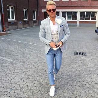 Comment porter un pantalon chino bleu clair: Associe un blazer à carreaux bleu clair avec un pantalon chino bleu clair pour prendre un verre après le travail. Une paire de des baskets basses en toile blanches apporte une touche de décontraction à l'ensemble.