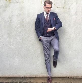 Comment porter un pantalon chino bleu clair: Essaie de marier un blazer bleu marine avec un pantalon chino bleu clair pour créer un look chic et décontracté. Habille ta tenue avec une paire de des mocassins à pampilles en cuir bordeaux.