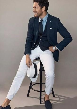 Comment porter une pochette de costume blanche: Pour une tenue aussi confortable que ton canapé, associe un blazer bleu marine avec une pochette de costume blanche. D'une humeur créatrice? Assortis ta tenue avec une paire de des slippers en cuir tressés bleu marine.