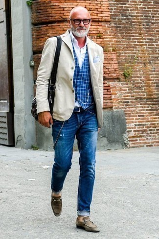 Tendances mode hommes: Pour une tenue de tous les jours pleine de caractère et de personnalité marie un blazer beige avec un jean déchiré bleu. Apportez une touche d'élégance à votre tenue avec une paire de des slippers en daim marron foncé.