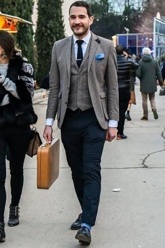Comment porter une pochette de costume bleue: Pense à porter un blazer à carreaux gris et une pochette de costume bleue pour un look idéal le week-end. Une paire de des slippers en cuir bleu marine ajoutera de l'élégance à un look simple.