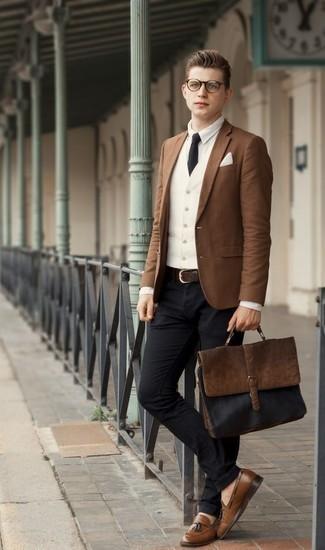 Comment porter un pantalon chino noir pour un style elégantes: Associe un blazer marron avec un pantalon chino noir pour créer un look chic et décontracté. Jouez la carte classique pour les chaussures et choisis une paire de des mocassins à pampilles en cuir marron.