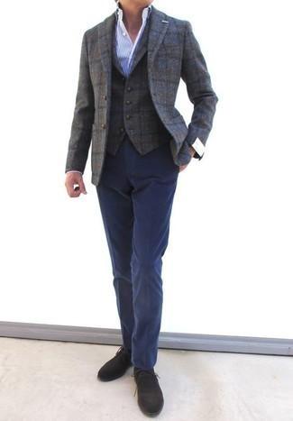 Comment porter un blazer en laine à carreaux gris: Marie un blazer en laine à carreaux gris avec un pantalon de costume bleu marine pour un look pointu et élégant. Si tu veux éviter un look trop formel, assortis cette tenue avec une paire de des bottines chukka en daim marron foncé.