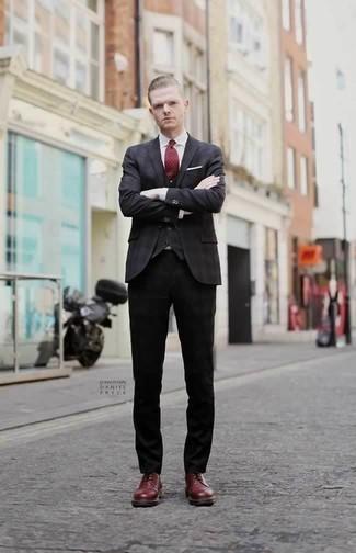 Comment porter un pantalon chino noir pour un style elégantes: Associe un blazer gris foncé avec un pantalon chino noir pour prendre un verre après le travail. Assortis cette tenue avec une paire de des chaussures derby en cuir bordeaux pour afficher ton expertise vestimentaire.