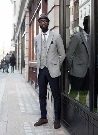 Comment porter des chaussures derby en daim marron foncé: Porte un blazer gris et un pantalon de costume bleu marine pour un look classique et élégant. Une paire de des chaussures derby en daim marron foncé s'intégrera de manière fluide à une grande variété de tenues.