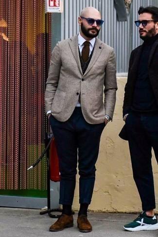 Comment porter un blazer beige: Associe un blazer beige avec un pantalon chino bleu marine pour un look idéal au travail. Ajoute une paire de des chaussures derby en daim marron à ton look pour une amélioration instantanée de ton style.