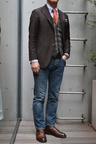 Comment porter un bracelet marron foncé: Marie un blazer marron foncé avec un bracelet marron foncé pour un look idéal le week-end. Jouez la carte classique pour les chaussures et choisis une paire de des chaussures derby en cuir marron.