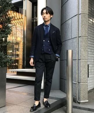 Comment porter un pantalon chino noir pour un style elégantes: Pense à marier un blazer bleu marine avec un pantalon chino noir pour prendre un verre après le travail. Apportez une touche d'élégance à votre tenue avec une paire de des mocassins à pampilles en cuir noirs.