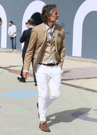 Comment porter une chemise de ville bleu clair: Porte une chemise de ville bleu clair et un pantalon chino blanc pour aller au bureau. Jouez la carte classique pour les chaussures et choisis une paire de des slippers en daim marron.