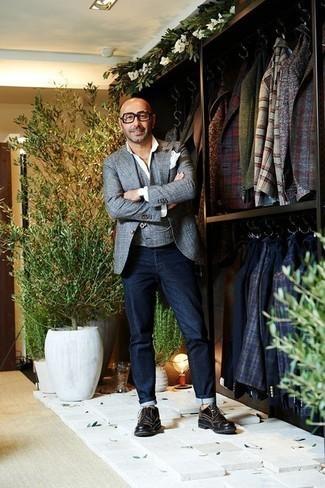 Une chemise de ville à porter avec un jean bleu marine: Pense à associer une chemise de ville avec un jean bleu marine pour achever un look habillé mais pas trop. D'une humeur audacieuse? Complète ta tenue avec une paire de des chaussures derby en cuir noires.
