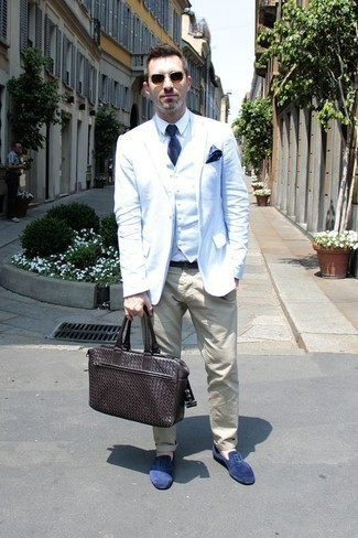 Comment porter des lunettes de soleil marron: Opte pour un blazer blanc avec des lunettes de soleil marron pour un look confortable et décontracté. Rehausse cet ensemble avec une paire de des slippers en daim bleus.