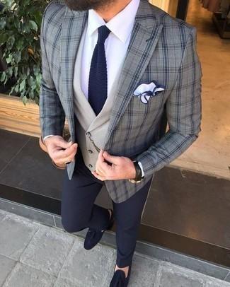 Comment porter des mocassins à pampilles en daim bleu marine: Marie un blazer écossais gris avec un pantalon de costume bleu marine pour dégager classe et sophistication. Une paire de des mocassins à pampilles en daim bleu marine est une option génial pour complèter cette tenue.