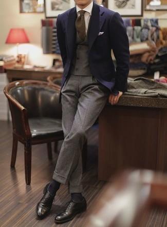 Comment porter des chaussettes bleu marine: Essaie d'associer un blazer bleu marine avec des chaussettes bleu marine pour une tenue idéale le week-end. Complète cet ensemble avec une paire de des chaussures richelieu en cuir noires pour afficher ton expertise vestimentaire.