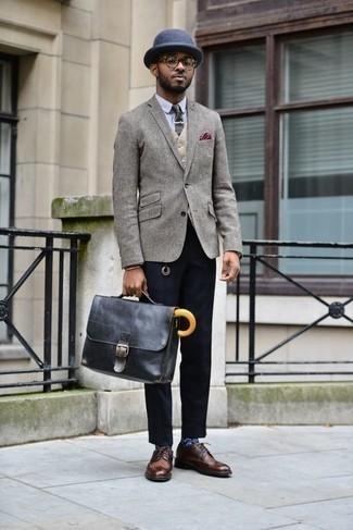Comment porter un blazer en laine gris: Marie un blazer en laine gris avec un pantalon chino bleu marine pour un look idéal au travail. Une paire de des chaussures brogues en cuir marron est une façon simple d'améliorer ton look.