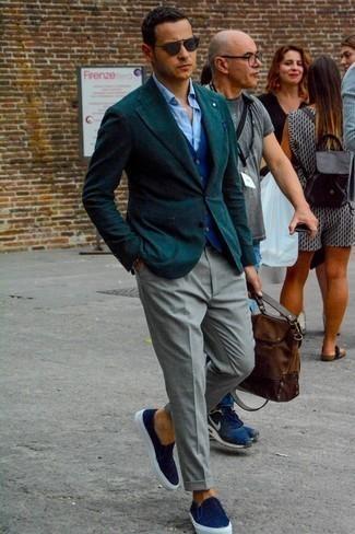 Comment porter une serviette en cuir marron: Choisis un blazer vert foncé et une serviette en cuir marron pour un look idéal le week-end. Opte pour une paire de des baskets à enfiler en toile bleu marine pour afficher ton expertise vestimentaire.