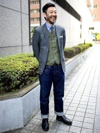 Comment porter un blazer en laine gris: Essaie d'associer un blazer en laine gris avec un jean bleu marine pour achever un look habillé mais pas trop. Une paire de des bottes de loisirs en cuir noires s'intégrera de manière fluide à une grande variété de tenues.
