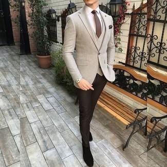 Comment porter une cravate marron à 30 ans: Harmonise un blazer beige avec une cravate marron pour un look classique et élégant. Tu veux y aller doucement avec les chaussures? Fais d'une paire de des bottines chelsea en daim noires ton choix de souliers pour la journée.