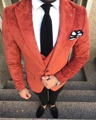 Comment porter une cravate: Marie un blazer orange avec une cravate pour un look classique et élégant. Une paire de des mocassins à pampilles en daim noirs est une option avisé pour complèter cette tenue.