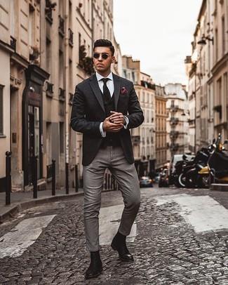 Comment porter une chemise de ville blanche: Pense à marier une chemise de ville blanche avec un pantalon chino gris pour créer un look chic et décontracté. Ajoute une paire de des bottines chelsea en cuir noires à ton look pour une amélioration instantanée de ton style.