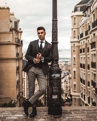 Comment porter une chemise de ville blanche: Pense à associer une chemise de ville blanche avec un pantalon chino gris si tu recherches un look stylé et soigné. Une paire de des bottines chelsea en cuir noires rendra élégant même le plus décontracté des looks.