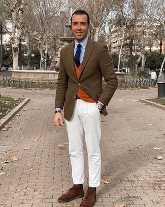 Comment porter un gilet orange: Associe un gilet orange avec un pantalon chino blanc pour une silhouette classique et raffinée. Tu veux y aller doucement avec les chaussures? Complète cet ensemble avec une paire de bottines chukka en daim marron pour la journée.