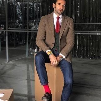 Comment porter des chaussettes rouges: Choisis pour le confort dans un blazer à carreaux marron clair et des chaussettes rouges. Transforme-toi en bête de mode et fais d'une paire de mocassins à pampilles en cuir marron foncé ton choix de souliers.