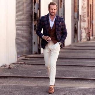 Comment porter une chemise de ville bleu clair: Pense à opter pour une chemise de ville bleu clair et un pantalon de costume beige pour dégager classe et sophistication. Si tu veux éviter un look trop formel, fais d'une paire de mocassins à pampilles en daim marron clair ton choix de souliers.