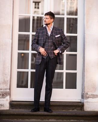 Comment porter un pantalon de costume en laine noir: Associe un blazer en laine à carreaux gris foncé avec un pantalon de costume en laine noir pour un look pointu et élégant. Une paire de mocassins à pampilles en cuir noirs est une option avisé pour complèter cette tenue.