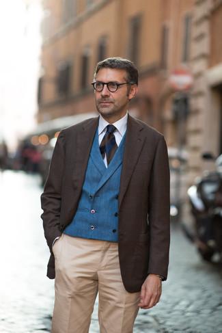 Comment porter des lunettes de soleil: Choisis un blazer marron foncé et des lunettes de soleil pour un look confortable et décontracté.