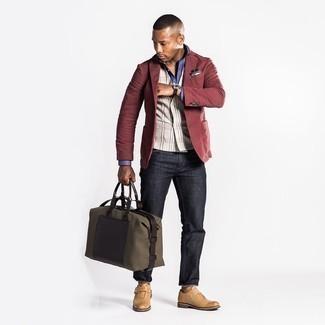 Comment s'habiller à 20 ans: Essaie d'harmoniser un blazer bordeaux avec un jean gris foncé pour aller au bureau. Complète cet ensemble avec une paire de monks en cuir marron clair pour afficher ton expertise vestimentaire.
