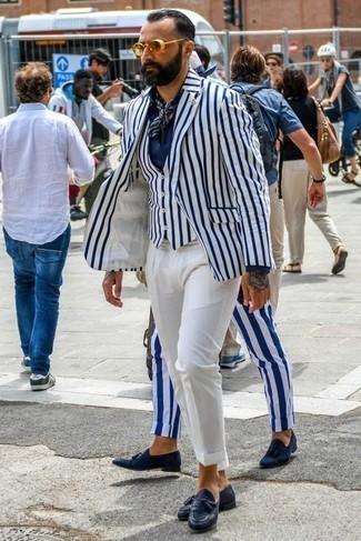 Comment porter un bandana: Marie un blazer à rayures verticales blanc et bleu marine avec un bandana pour un look confortable et décontracté. Assortis cette tenue avec une paire de mocassins à pampilles en cuir bleu marine pour afficher ton expertise vestimentaire.