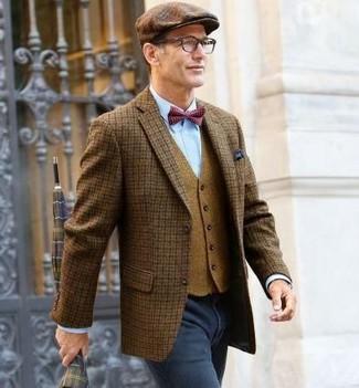 Comment porter: blazer en laine à carreaux marron, gilet en laine marron clair, chemise de ville bleu clair, jean gris foncé