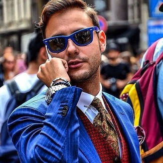 Comment porter: blazer à rayures verticales bleu, gilet imprimé rouge, chemise de ville blanche, cravate imprimée cachemire olive