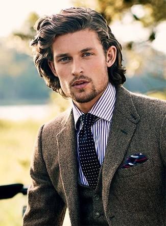 Comment porter: blazer en laine à chevrons marron, gilet en laine à chevrons marron, chemise de ville à rayures verticales blanc et bleu marine, cravate á pois bleu marine et blanc