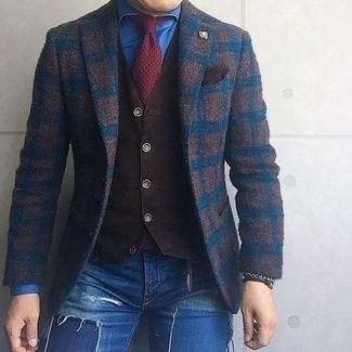 Comment porter: blazer en laine à carreaux marron foncé, gilet marron foncé, chemise en jean bleue, jean skinny déchiré bleu