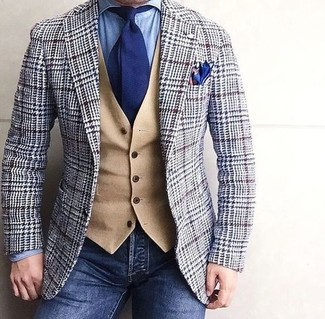 Comment porter: blazer en laine en pied-de-poule gris, gilet en laine marron clair, chemise en jean bleu clair, jean bleu marine