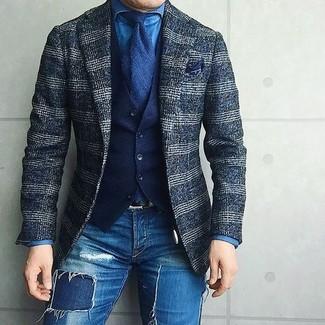 Comment porter: blazer en laine écossais bleu marine, gilet en coton bleu marine, chemise en jean bleue, jean skinny déchiré bleu